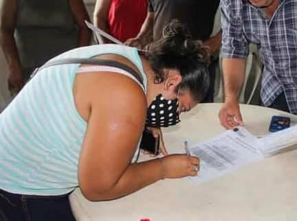 Provich entrega 20 certificados de lotes legales en Arriaga