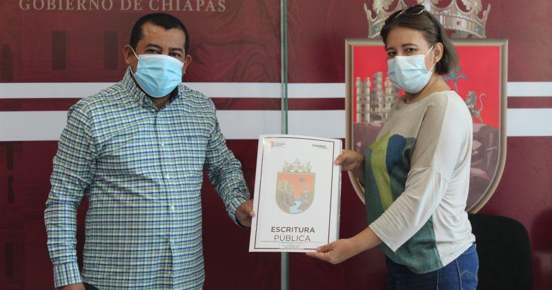 Continúa Provich entregando escrituras públicas en Tuxtla Gutiérrez