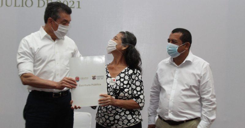 Benefician a familias de Tapachula con escrituras públicas; reconocen acciones de Provich