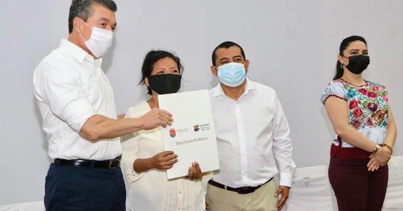 En Tapachula, Rutilio Escandón entrega escrituras públicas a 210 familias de diferentes colonias